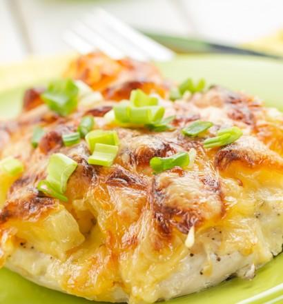 Мясо с ананасами и сыром