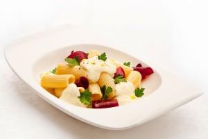 Ригатони с соусом из козьего сыра,лепестками запеченой свеклы и ароматом белого трюфеля