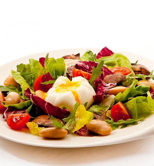Cалатные листья с подрумяненной куриной печенью, белой фасолью и яйцом поше