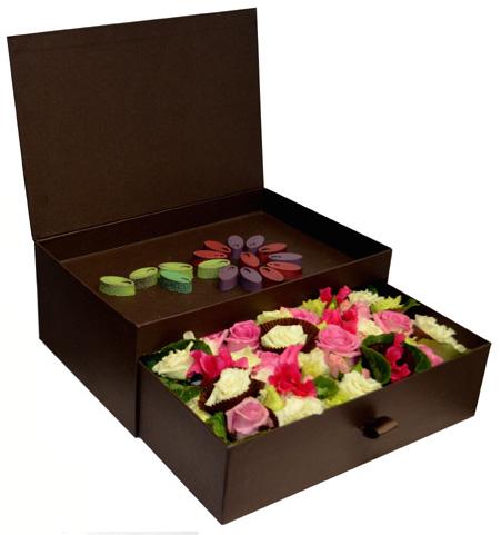Цветочная композиция и шоколад ручной работы «Николя Тибо» в подарочной коробке «комод»