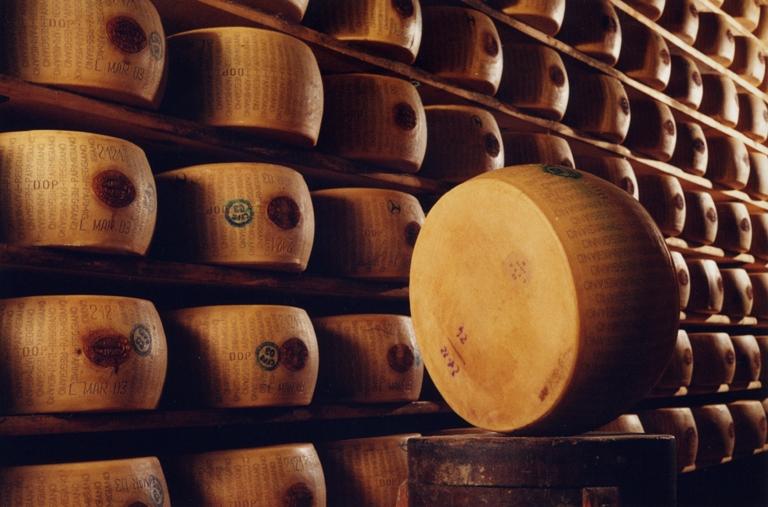 Parmigiano-Reggiano-forme-marchiate
