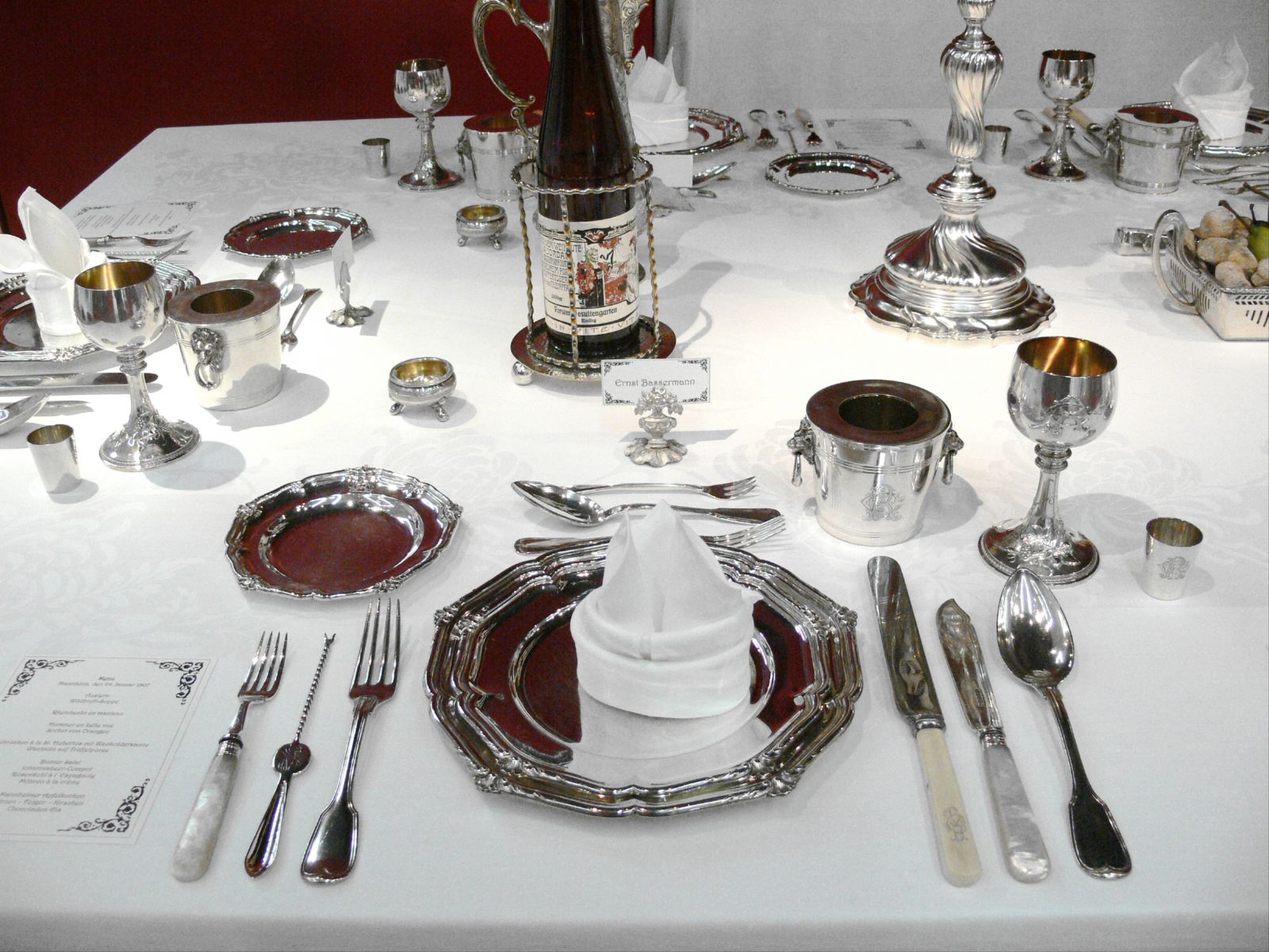 стол сервированный металлической столовой посудой