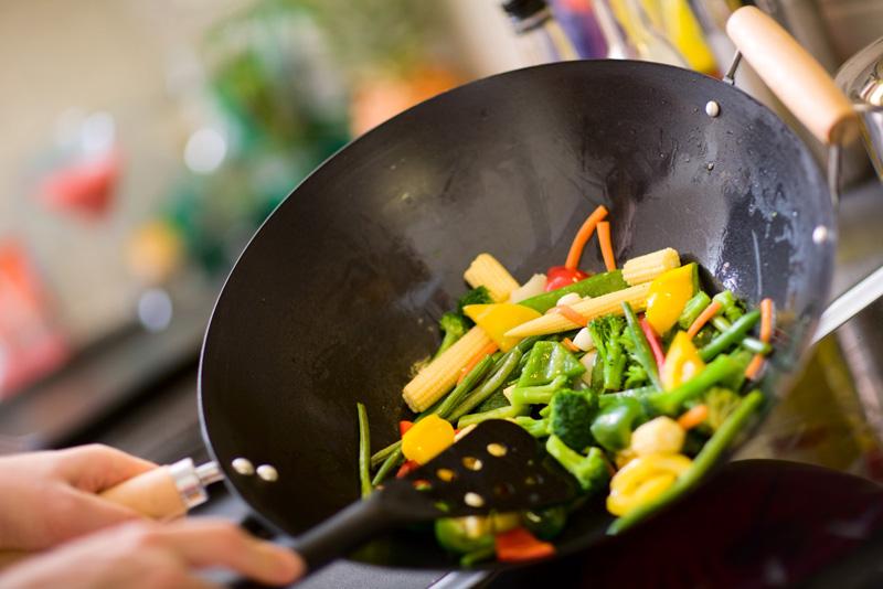 сковорода набитая продуктами